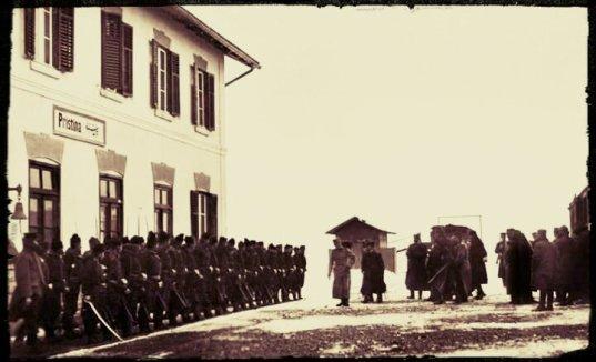 Железничка станица у приштини Železnička stanica u Prištini, četnici Lapskog odreda vojvode Tankosića postrojeni pred regentom Aleksandrom,na današnji dan 1912. .jpg